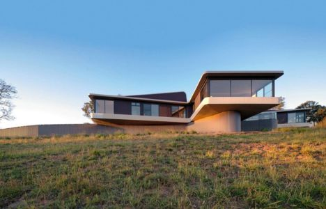 vue extérieure panoramique - High Country House par Luigi Rosselli Architects - Armidale, Australie
