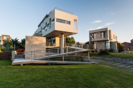 vue extérieure passerelle - Wanka House par Estudio Arquitectura Galera - Cariló, Argentine