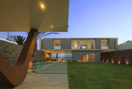 vue extérieure terrasse de nuit - Maison Mar-de-Luz par Oscar Gonzalez Moix - Pérou
