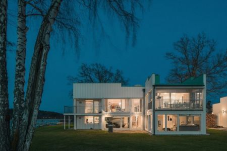 vue façade terrasse de nuit - Maison contemporaine scandinave par Boris Culjat - Suède.jpg