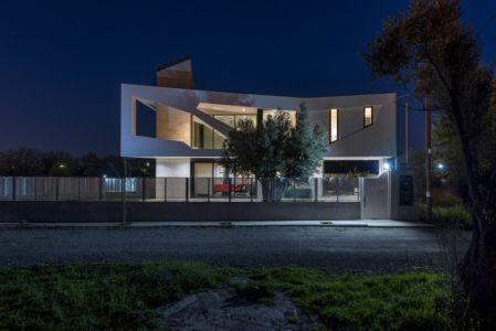 vue façade terrasse de nuit - Paradox house par Klab architecture - Athènes, Grèce