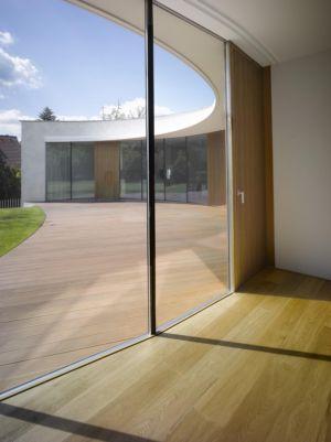 vue intérieure extérieure - maison contemporaine par  Jarousek Rochová Architekti - Republique Tchèque - photo Filip Slapal