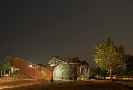 vue nuit et étoiles filantes - Brick House par iStudio architecture - Wada, Inde