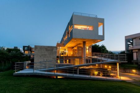 vue nuit extérieure côté passerelle - Wanka House par Estudio Arquitectura Galera - Cariló, Argentine