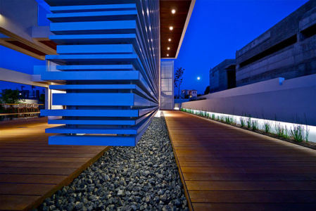 vue nuit façade - Five Star Caesarea Dream Home par Gal Marom Architects - Israel