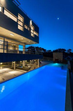 vue nuit piscine - Wanka House par Estudio Arquitectura Galera - Cariló, Argentine