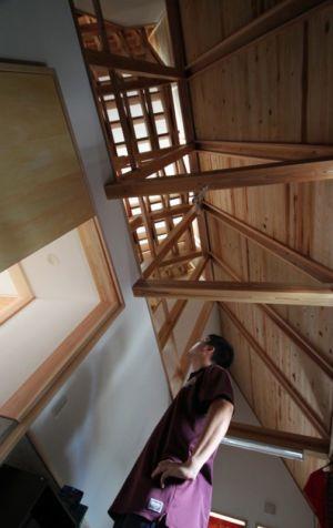 vue panoramique charpente bois - Passive-House par Kikuma Watanabe - Kasugoaka, Japon