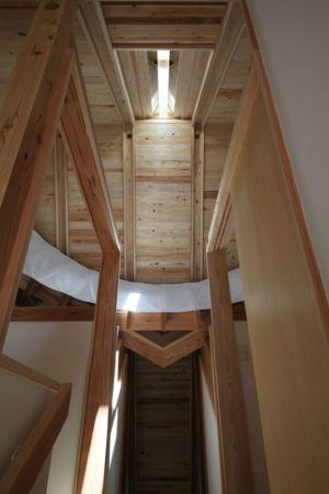 vue panoramique charpente bois toiture - Passive-House par Kikuma Watanabe - Kasugoaka, Japon