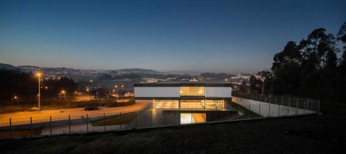 vue panoramique de nuit - BE House par Spaceworkers - Paredes, Espagne