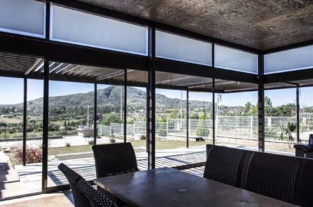vue panoramique depuis séjour - La Tomatina House par Plastik Arquitectos - Aguascalientes, Mexique