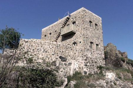 vue en contreplongée façade - Sterna Nisyros par  Giorgos Tsironis - Nisyros en Grèce
