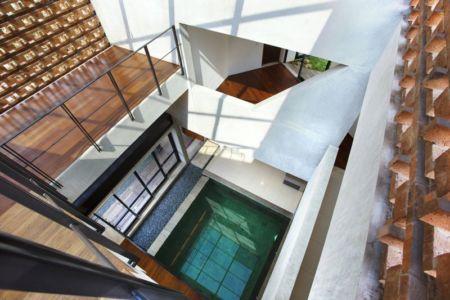 vue panoramique piscine intérieure - Breathing House par Atelier Riri - Kota Tangerang Selatan, Indonésie