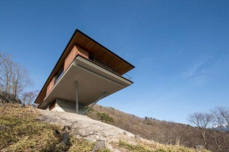 vue contreplongée du porte à faux - maison bois contemporaine par kidosaki-architects - Yutsugatake, Japon