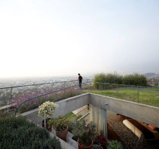 vue panoramique ville & toiture végétalisée - Pachamanca-House par 1-arquitectos - Lima, Pérou
