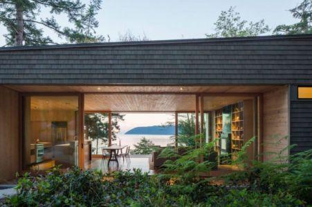 vue pièce de vie - Woodsy-Retreat par Heliotrope Architects - Washington, USA