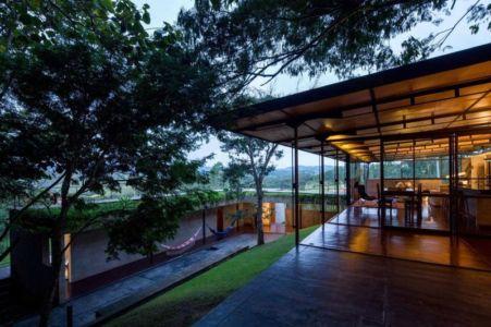 vue pièce de vie illuminée - Casa-Santo-Antonio par H+F Arquitetos - Santo Antônio, Brésil