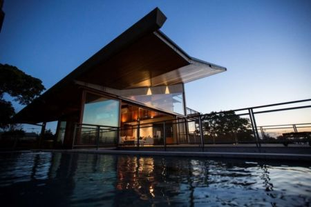 vue piscine de nuit - edge house par Steele Associates - Australie