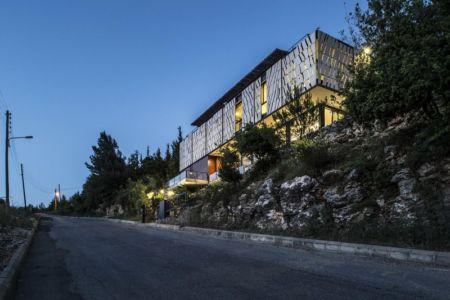 vue rue de nuit - Tahan Villa par BLANKPAGE Architects - Kfour, Liban