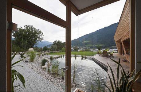 vue sur bassin extérieur - Brunner House par Norbert Dalsass - Italie