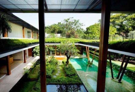 vue sur terrasse et piscine - Water Lily House par Guz Architects - Singapour