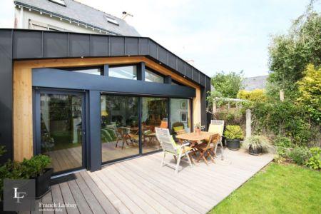 vue sur terrasse - extension bois d'une maison par Franck Labbay - Larmor-Plage - France