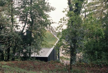 vue sur toiture végétalisée - maison bois secondaire par RAUM -France -  Photos - Audrey Cerdan