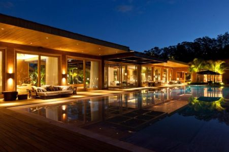 vue terrasse et piscine de nuit - Nova Lima House par Saraiva associados - Nova Lima, Brésil - photo Rafael Carrieri