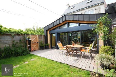 vue terrasse - extension bois d'une maison par Franck Labbay - Larmor-Plage - France
