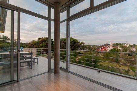 vue vers terrasse - Wanka House par Estudio Arquitectura Galera - Cariló, Argentine