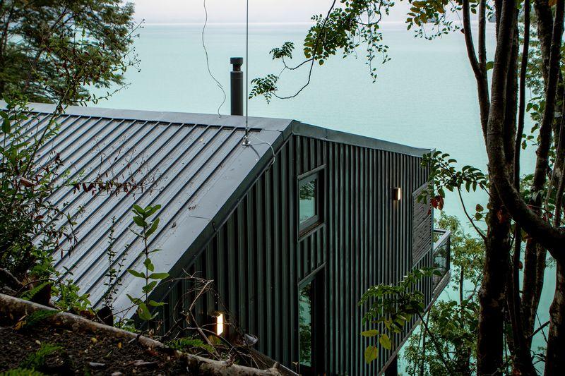 Tonnante maison sur pilotis camoufl e dans les bois au bord d un lac au chili construire tendance - Maison en tole ondulee ...