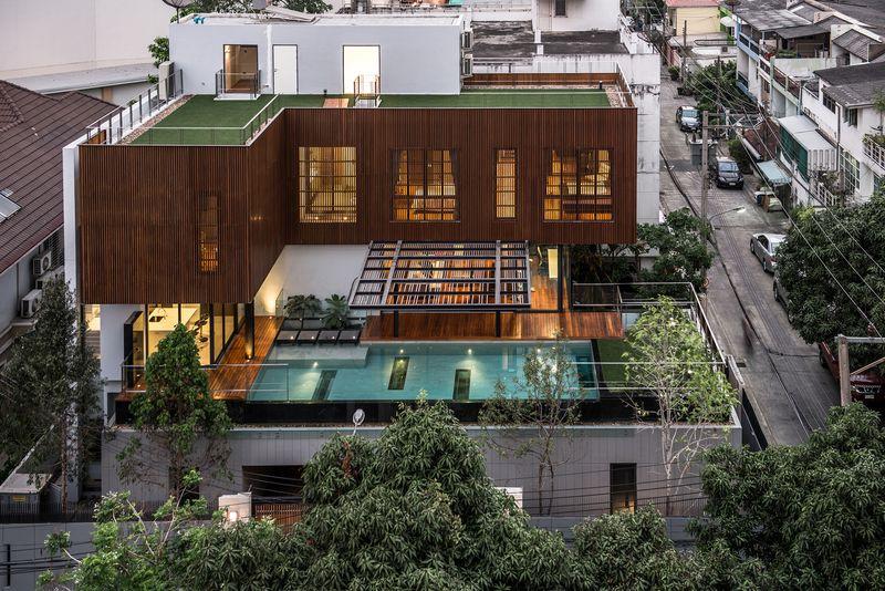 contemporaine en bois et béton avec piscine en hauteur en Thaïlande