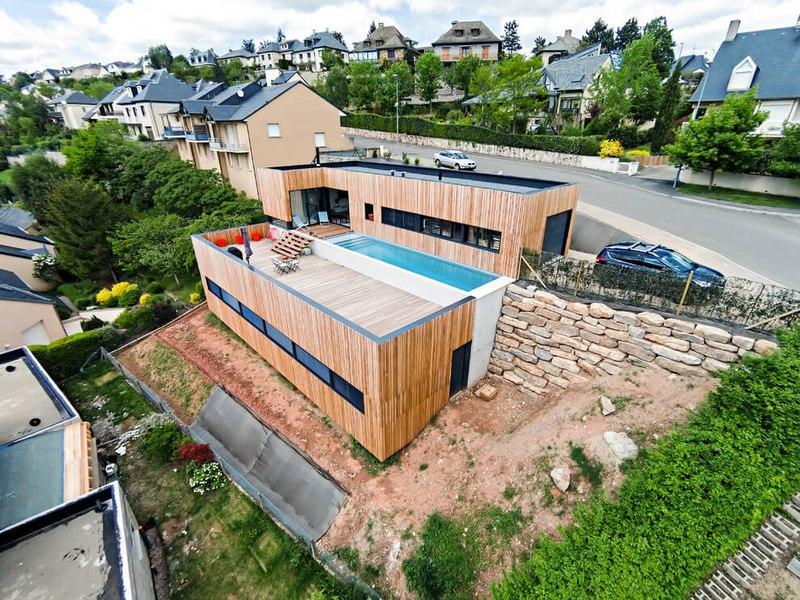 Maison en bois contemporaine avec piscine en toit terrasse france construire tendance - Barriere designpool ...