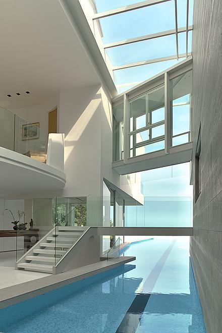 vue sur mer et piscine interieure exterieure pour cette maison contemporaine d