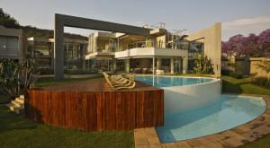 piscine-extc3a9rieure-glass-house-par-nico-van-der-meulen-architects-c3a0-johannesburg-afrique-du-sud