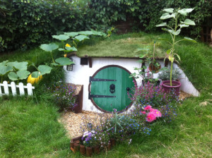 fac3a7ade-hobbit-hole-in-backyard-angleterre1