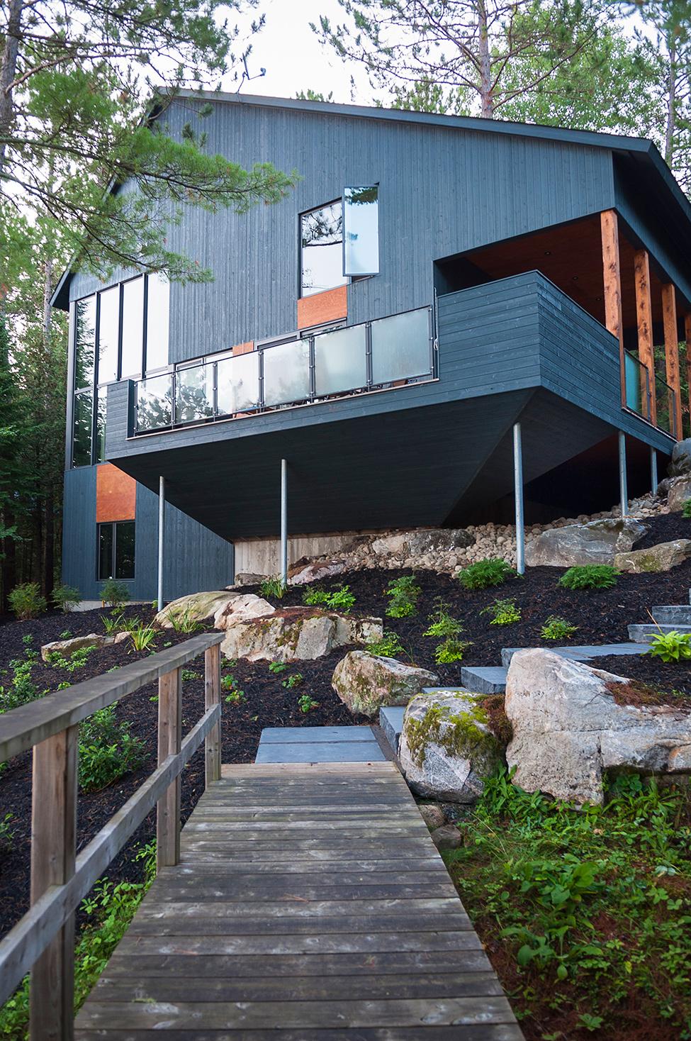 Maison bois forestière par Anick Pelockuin à Messines