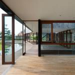salon avec portes en verre entièrement opérationnels