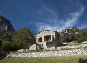 vue-fac3a7ade-et-montagnes-rc3a9novation-maison-traditionnelle-el-bosquet-espagne-photos-aleix-baguc3a91