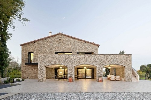 jolie maison traditionnelle en pierre par n ria selva. Black Bedroom Furniture Sets. Home Design Ideas
