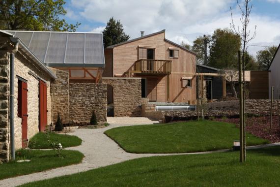 Maison bois pierre bioclimatique en bretagne par a typique - Maison brique et bois ...