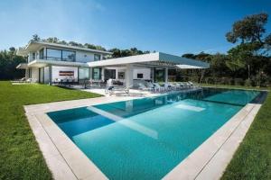 St tropez construire tendance - La contemporaine villa k dans les collines de nagano au japon ...