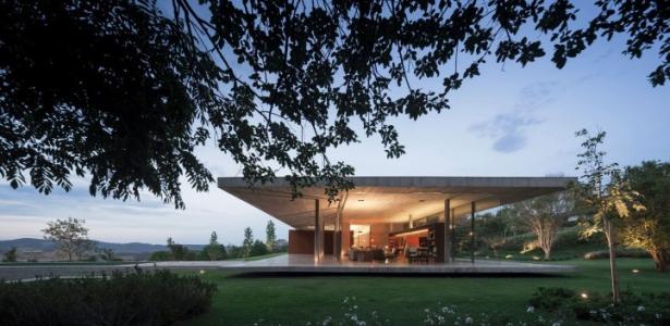 Maison bois b ton redux house par studio mk27 br sil for Construire maison minimaliste