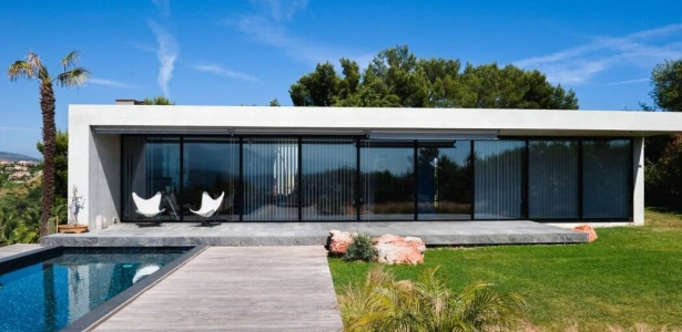 Villa nalu par pascal goujon alpes maritimes france for Maison rectangle contemporaine