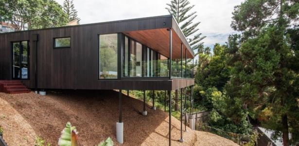 25a duncansby par iconic homes whangaparaoa nouvelle for Maison sur pilotis terrain en pente