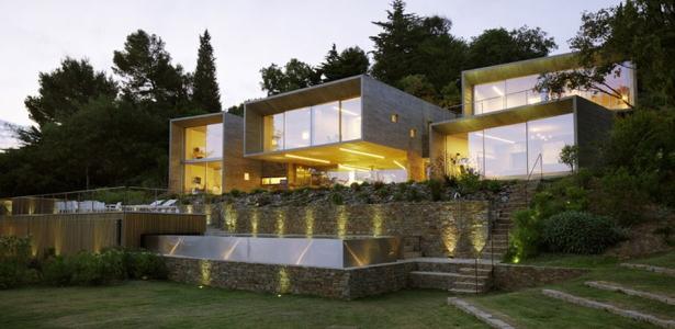 Quatre boîtes en béton composent cette maison de vacances conçue ...