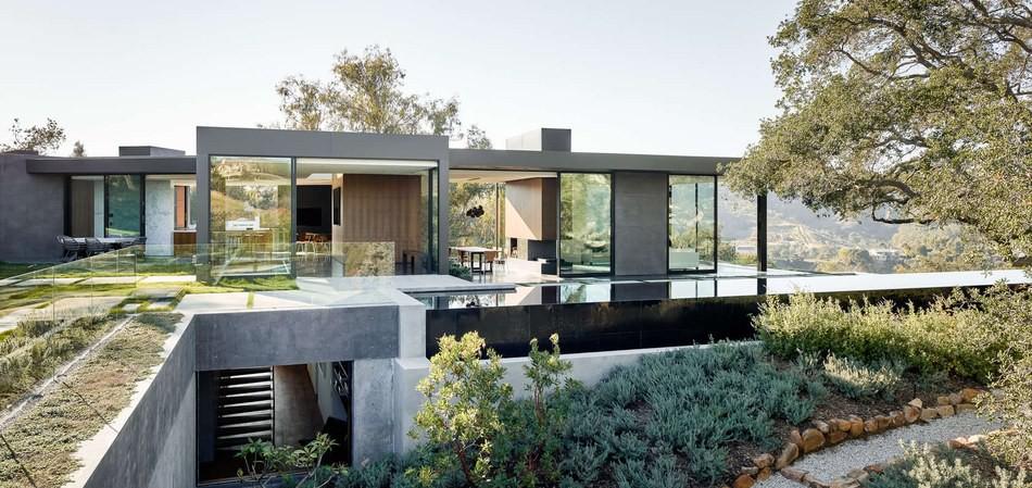 Grande maison contemporaine semi-enterrée avec toiture végétalisée ...