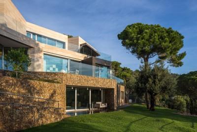façade principale - maison exclusive par Dosarquitectes - Girona, Espagne