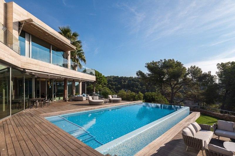 Maison contemporaine en forme cubique avec piscine en for Salon piscine