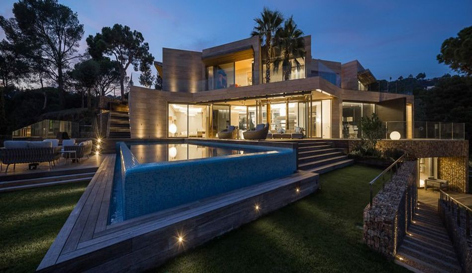 Maison contemporaine en forme cubique avec piscine en ...