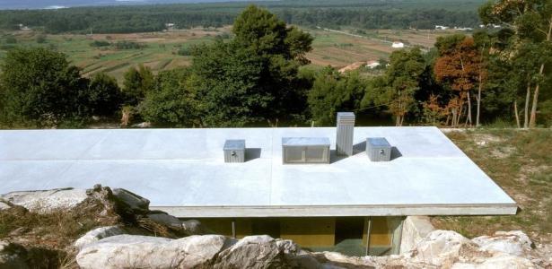 dr le de maison enterr e dans une colline au portugal construire tendance. Black Bedroom Furniture Sets. Home Design Ideas